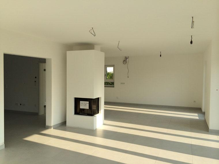 Moderner Kacheloffener in neuer Wohnung