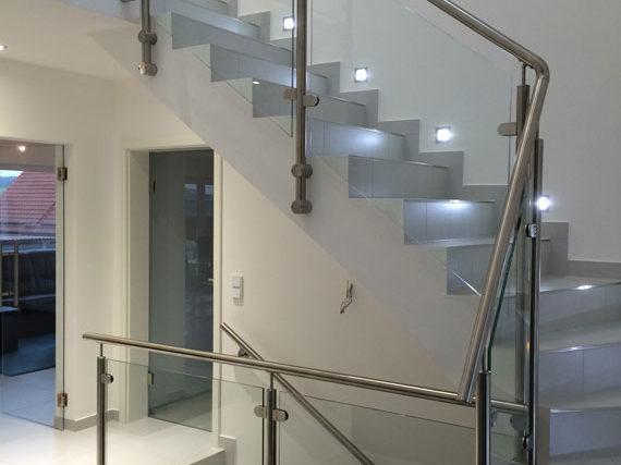 Beleuchtete Treppe mit Metall-Glas-Geländer