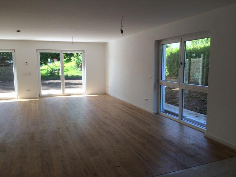 Große Fenster und Terrassentüre für hellen Raum
