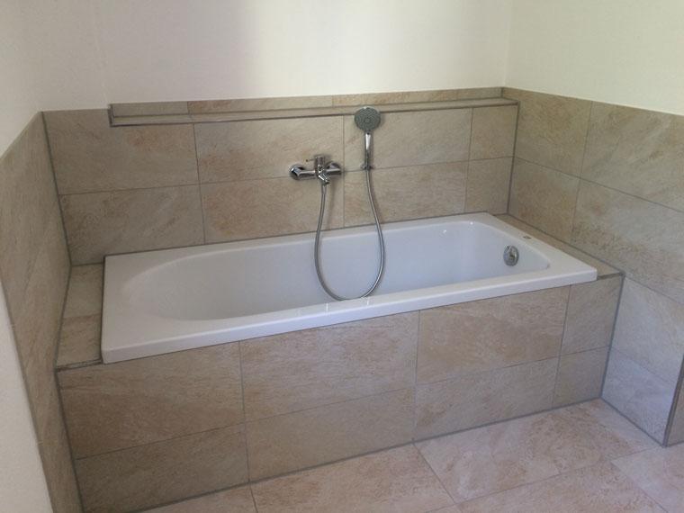 Modernes Bad mit Badewanne