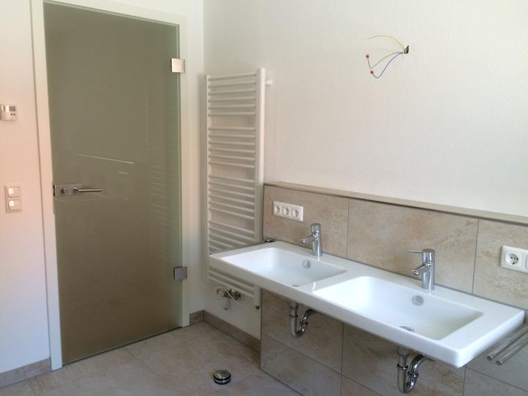 Modernes und helles Badezimmer