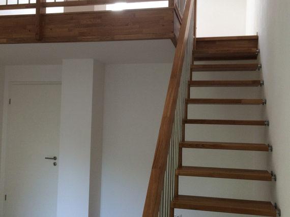 Holztreppe mit Holz-Metall-Geländer
