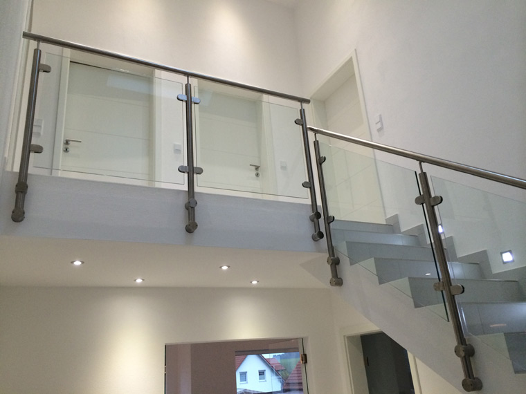 Helle moderne Treppe mit Glasscheiben-Geländer