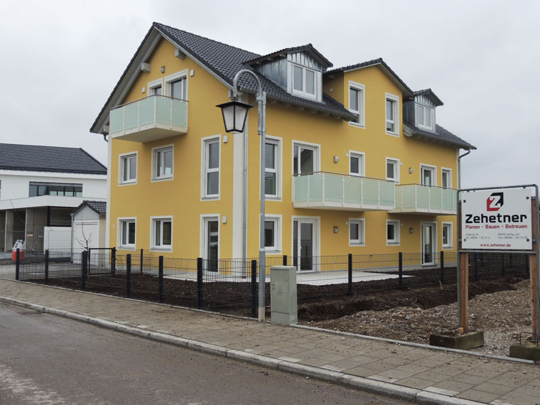 Gelbes großes Mehrfamilienhaus bei München