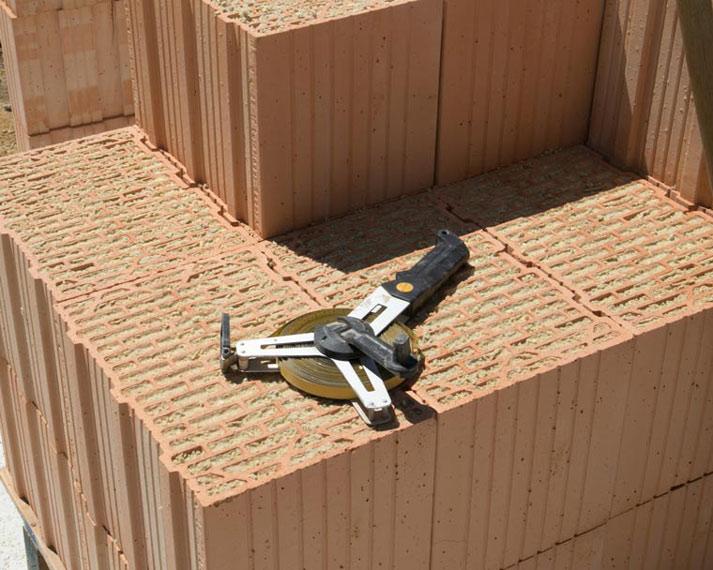 Maßband zum Abmessen des Baugrundstücks
