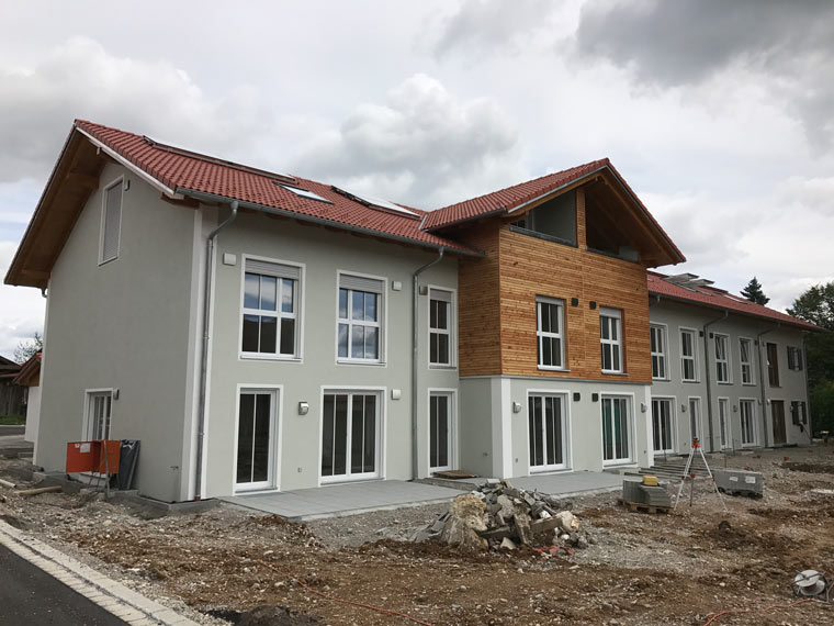 Modernes Reihenhaus von der Zehetner Plan + Bau GmbH in Sauerlach