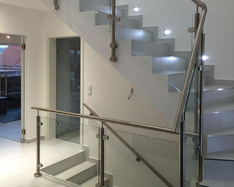 Treppe mit Beleuchtung und Metallgeländer